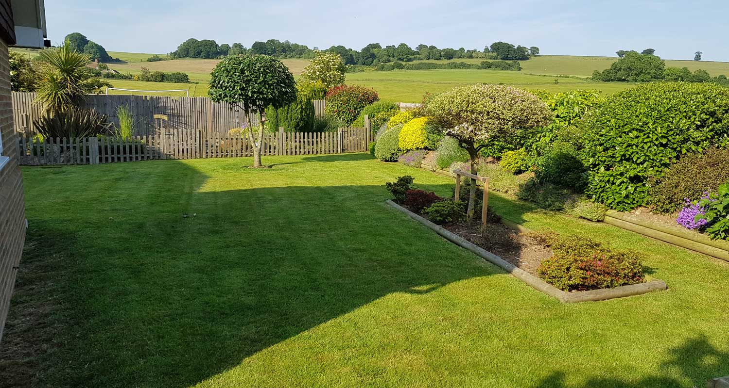 Grounds garden maintenance kent gw landscaping for Garden maintenance